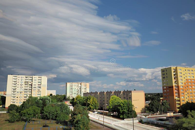 Vista de una urbanización de la ciudad con los rastros de gente y de coches móviles imagen de archivo