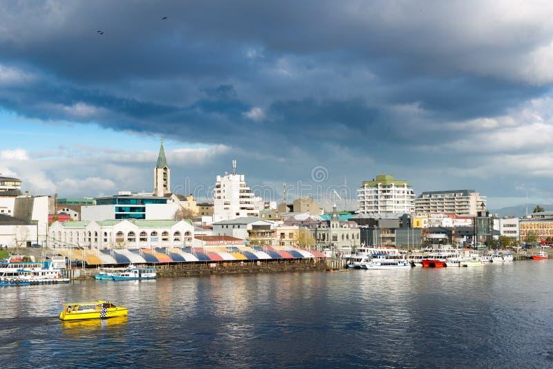 Vista de Valdivia do centro através de Calle Calle River, o Chile fotografia de stock royalty free
