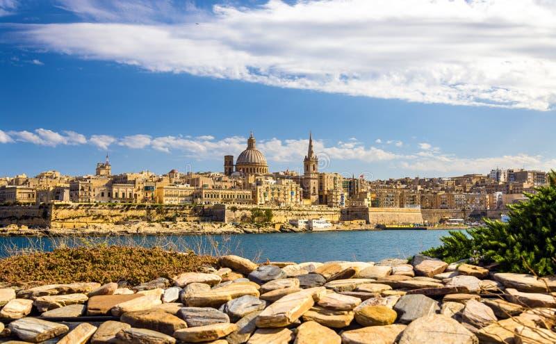 Vista de Valletta de um jardim fotografia de stock