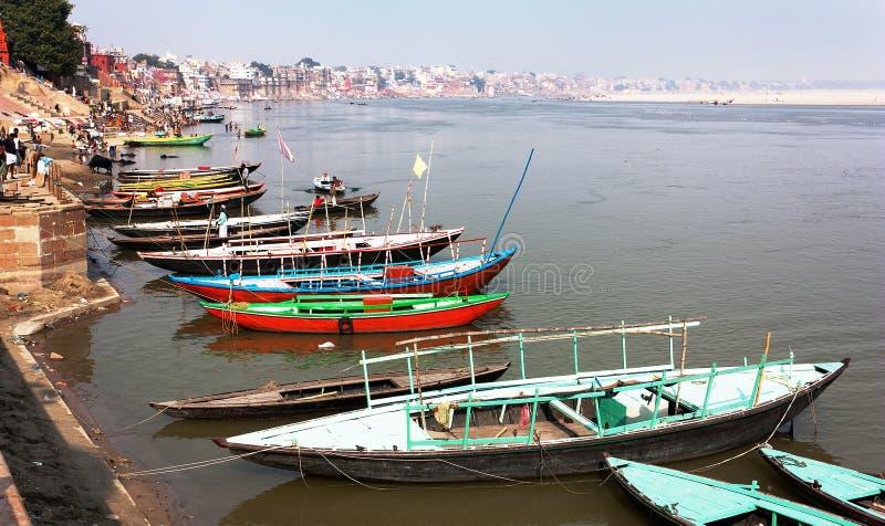 Vista de Varanasi com os barcos no rio sagrado de Ganga fotos de stock