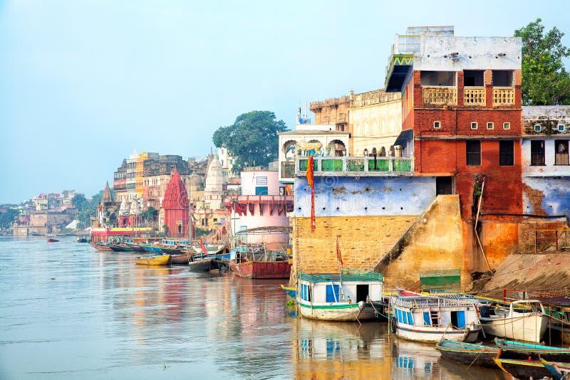 Vista de Varanesi e de Ganges River imagens de stock