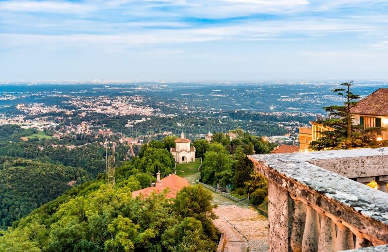 Vista de Varese e de capela XIV na rota histórica da peregrinação da montagem sagrado ou em Sacro Monte de Varese fotografia de stock royalty free
