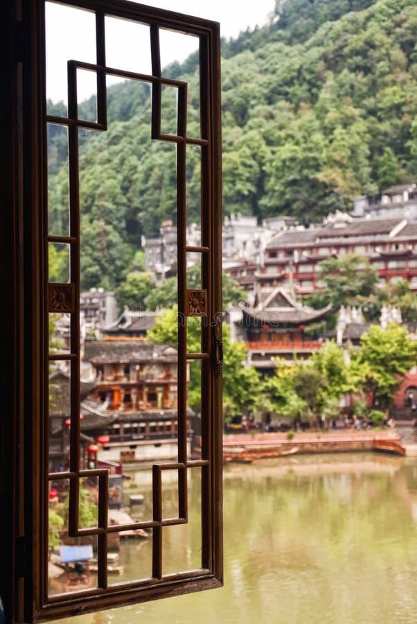 Vista de ventana de la aldea Fenghuang foto de archivo