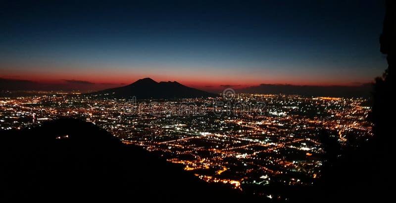 Vista de Vesuvio y las luces de Nápoles fotos de archivo libres de regalías