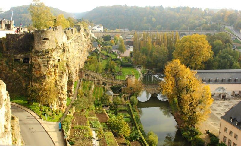 Vista de viejos fortalecimientos y de Grund en Luxemburgo foto de archivo