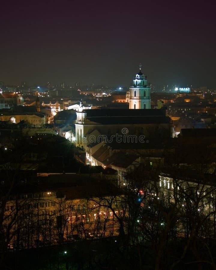 Vista de Vilnius céntrico, Lituania, en la noche imagen de archivo