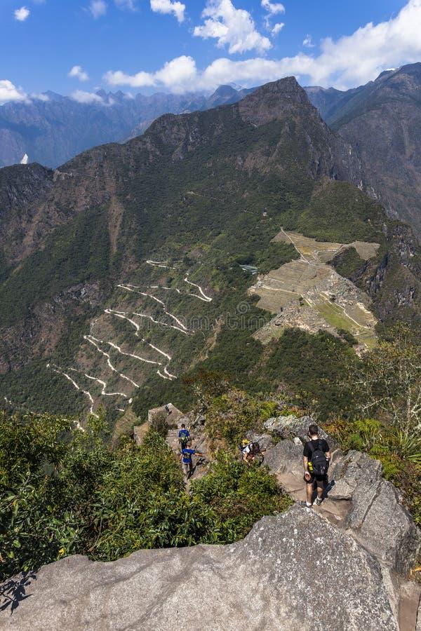 Vista de Waynapicchu a Machu Picchu e a estrada do ônibus foto de stock