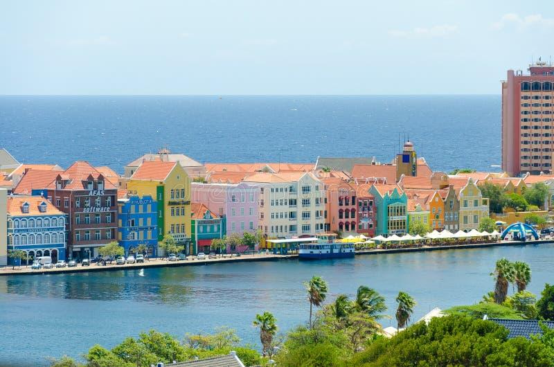 Vista de Willemstad céntrica con las fachadas coloridas en Curaçao imágenes de archivo libres de regalías