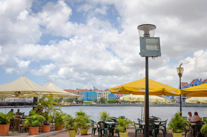 Vista de Willemstad en Curaçao con su arquitectura única fotos de archivo