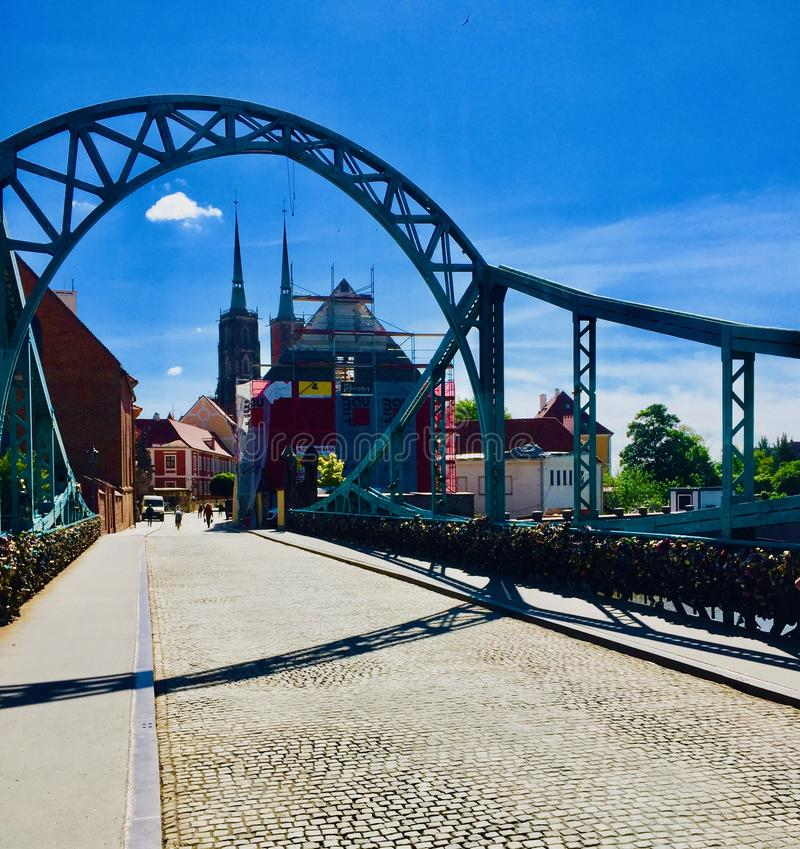 Vista de Wroclaw, amante Silesian, Polônia Ponte de Grunwald, rio Oder imagens de stock royalty free