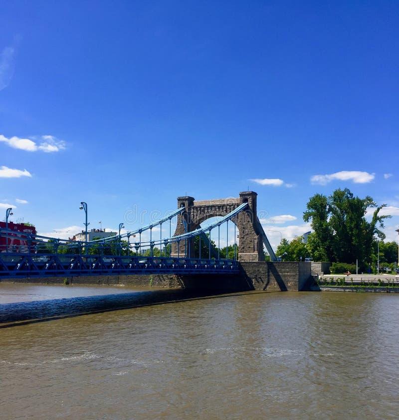 Vista de Wroclaw, amante Silesian, Polônia Ponte de Grunwald, rio Oder foto de stock