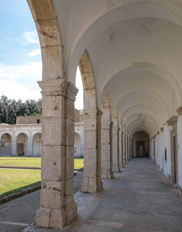 Vista degli arché nel convento a Certosa di San Giacomo, anche conosciuta come il monastero Carthusian, sull'isola di Capri, l'It fotografie stock