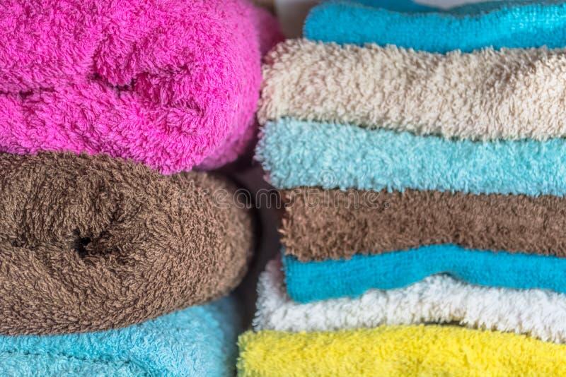 Vista degli asciugamani di bagno piegati con differenti colori immagine stock libera da diritti