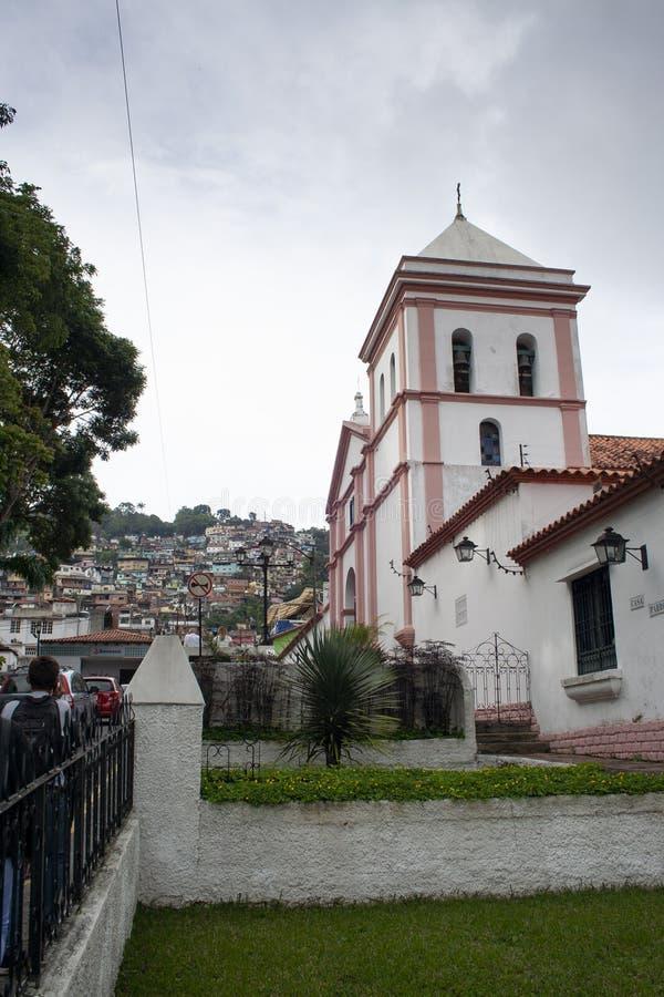 Vista dei bassifondi, degli alberi frondosi e della chiesa iconica di Hatillo Santa Rosa Church del EL Hatillo Miranda State Cara fotografia stock libera da diritti