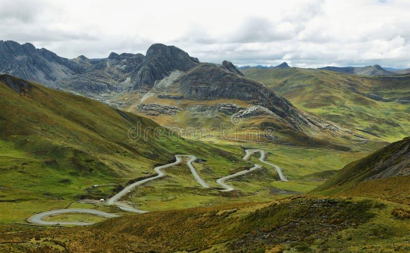 Vista dei campi nel modo a Huanuco, Perù fotografie stock
