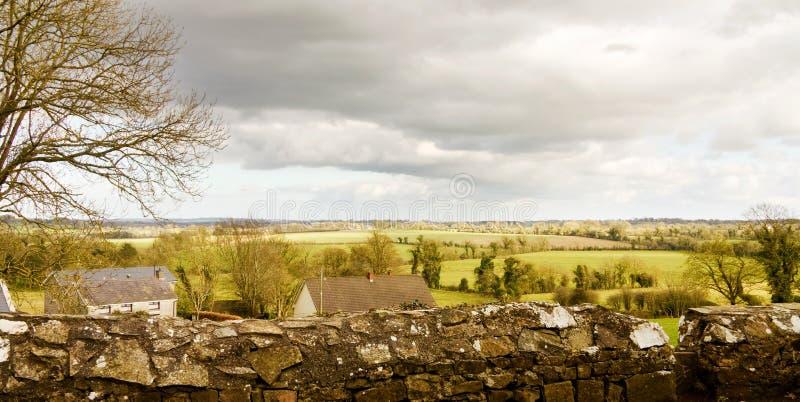 Vista dei campi verdi dell'Irlanda dalla collina della Cesalpina fotografia stock libera da diritti