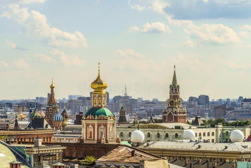Vista dei carillon della torre di Spassky, del tempio dell'epifania e della cattedrale del basilico della st benedetto fotografie stock