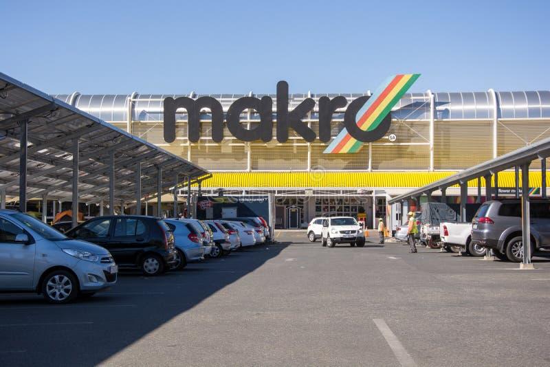 Vista dei carports della parte anteriore e del pannello solare del deposito di Makro in Roodepoort, Johannesburg fotografia stock libera da diritti