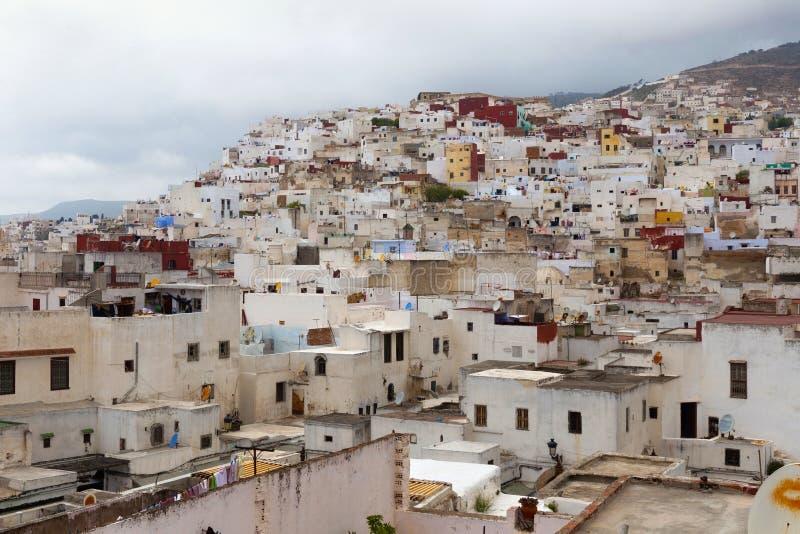 Vista dei colorati vecchi edifici del quartiere Tetouan Medina nel nord del Marocco Un medina è tipicamente murata, con molti ret immagini stock