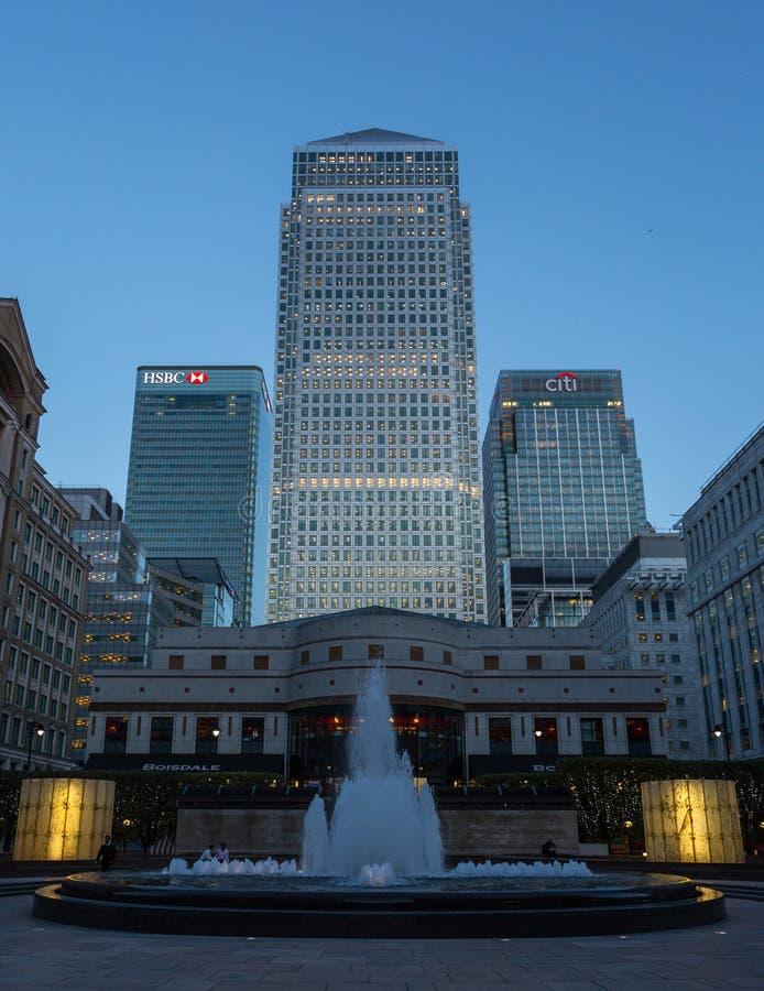 Vista dei Docklands di Londra - fontana di Canary Wharf HSBC Citi fotografie stock