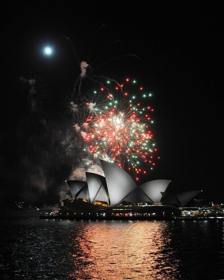 Vista dei fuochi d'artificio della casa di Sydney Opera immagini stock libere da diritti
