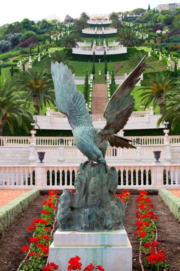 Vista dei giardini di Bahai e della statua di un'aquila nel foregrou fotografia stock
