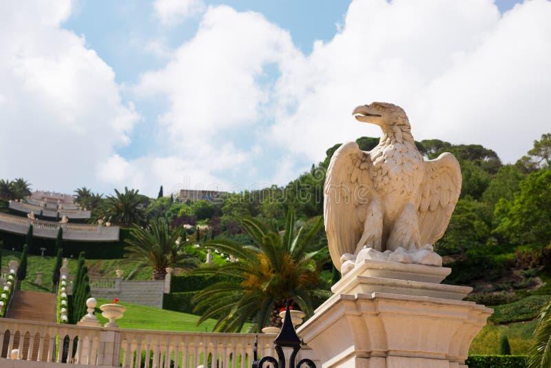 Vista dei giardini di Bahai, statua di pietra di un'aquila nel foreg fotografia stock libera da diritti