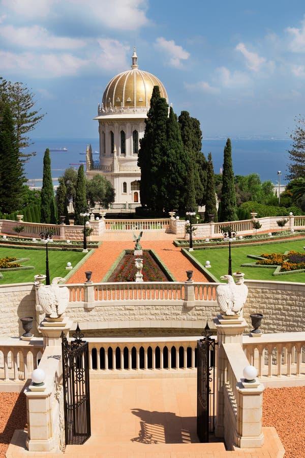 Vista dei giardini di Bahai Tempio di Bahai con Golden Dome fotografie stock libere da diritti