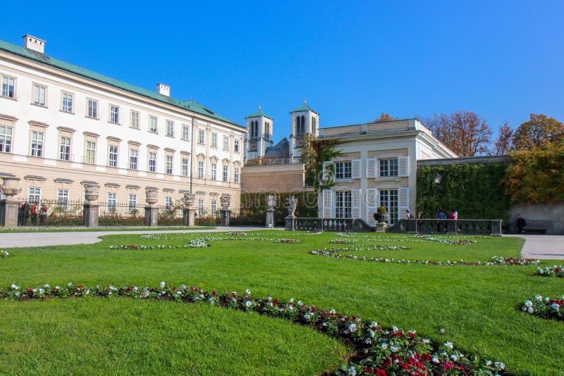 Vista dei giardini famosi di Mirabell con la vecchia fortezza storica Hohensalzburg fotografia stock libera da diritti