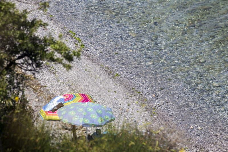 Vista dei parasoli alla spiaggia di Katerini in Grecia immagini stock libere da diritti