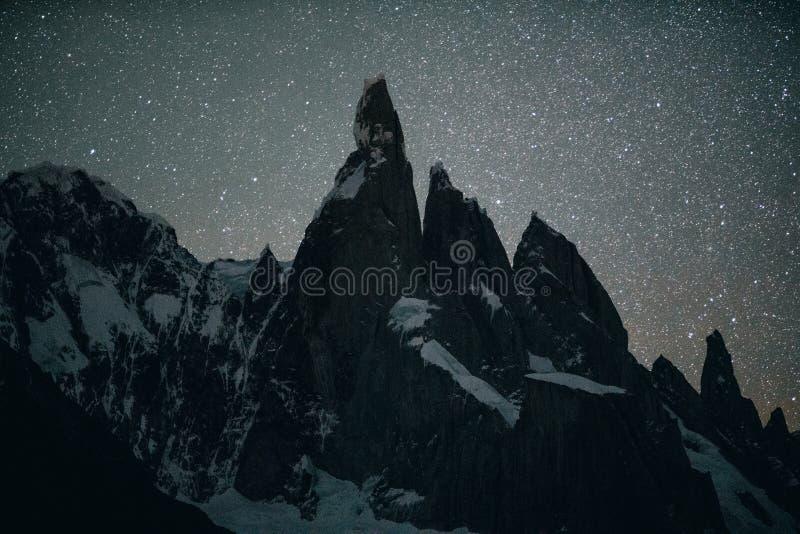 Vista dei picchi della montagna di Cerro Torro ed il lago nel parco nazionale di Los Glaciares durante la notte E immagini stock