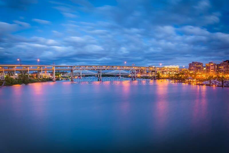 Vista dei ponti sopra il fiume di Williamette a penombra immagini stock libere da diritti