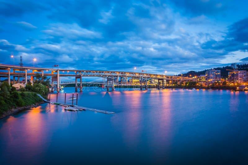 Vista dei ponti sopra il fiume di Williamette a penombra fotografia stock