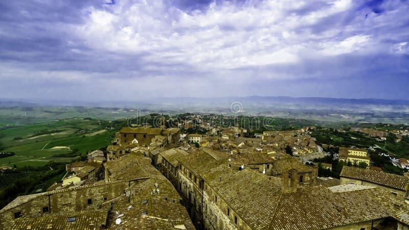 Vista dei tetti di Montepulciano e della campagna circostante fotografia stock libera da diritti