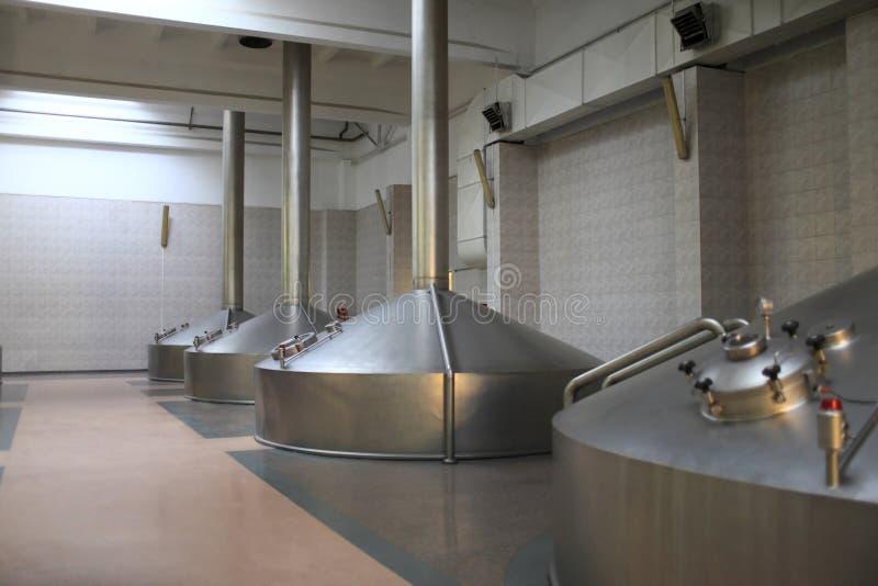 Vista dei tini inossidabili di fermentazione immagini stock libere da diritti
