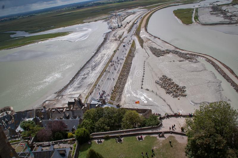 Vista del acceso a Mont Saint Michel bajo construcción en agosto de 2012 francia fotografía de archivo