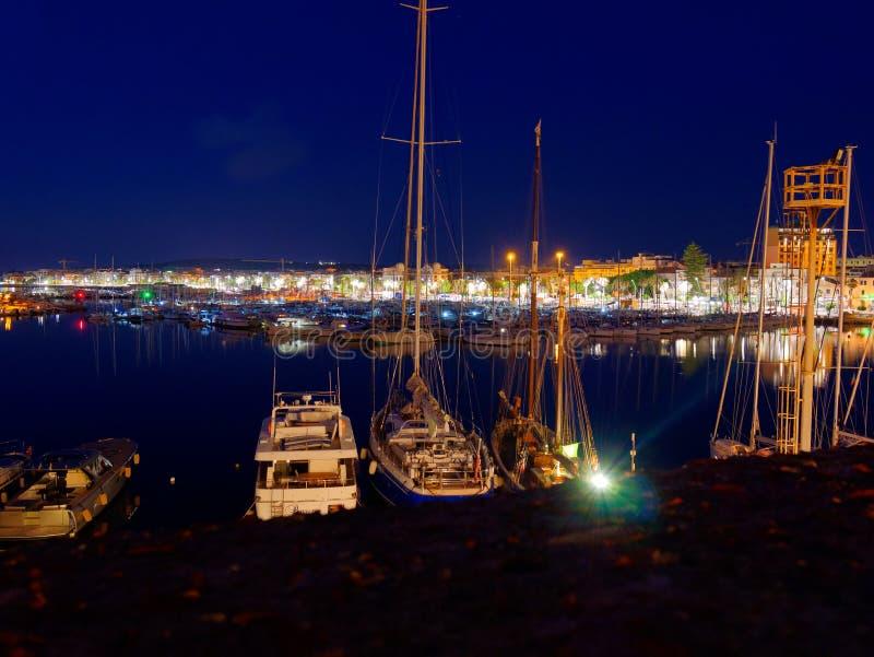 Vista del alghero en la noche Una ciudad hermosa vibrante Cerdeña, Italia imagen de archivo