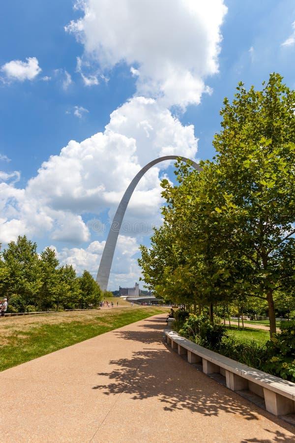 Vista del arco de la entrada en cielo de St. Louis, Missouri con las nubes foto de archivo
