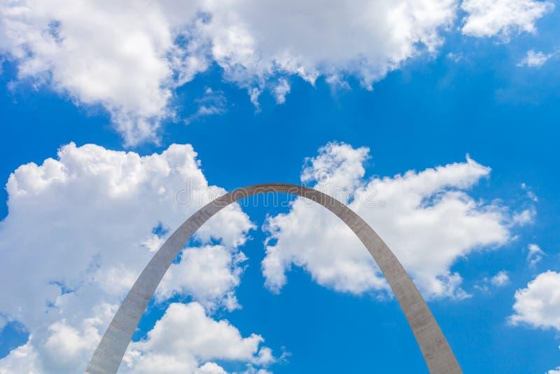 Vista del arco de la entrada en St. Louis, Missouri con el cielo azul w foto de archivo