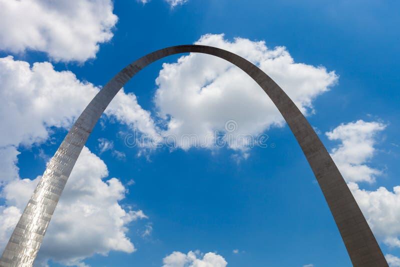 Vista del arco de la entrada en St. Louis, Missouri con el cielo azul w foto de archivo libre de regalías