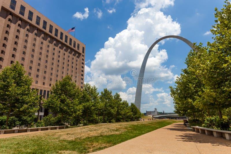 Vista del arco de la entrada en St. Louis, Missouri con el cielo con cl imagen de archivo