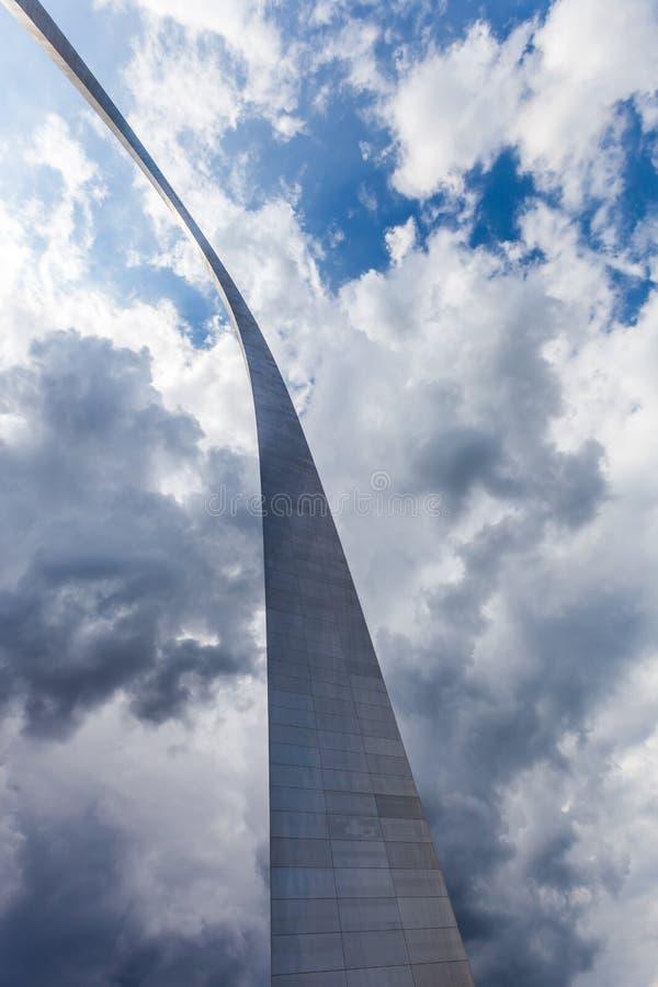 Vista del arco de la entrada en St. Louis, Missouri con la nube de tormenta imagen de archivo