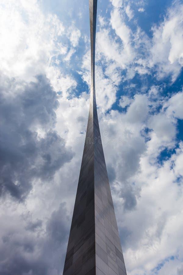 Vista del arco de la entrada en St. Louis, Missouri con la nube de tormenta imagen de archivo libre de regalías