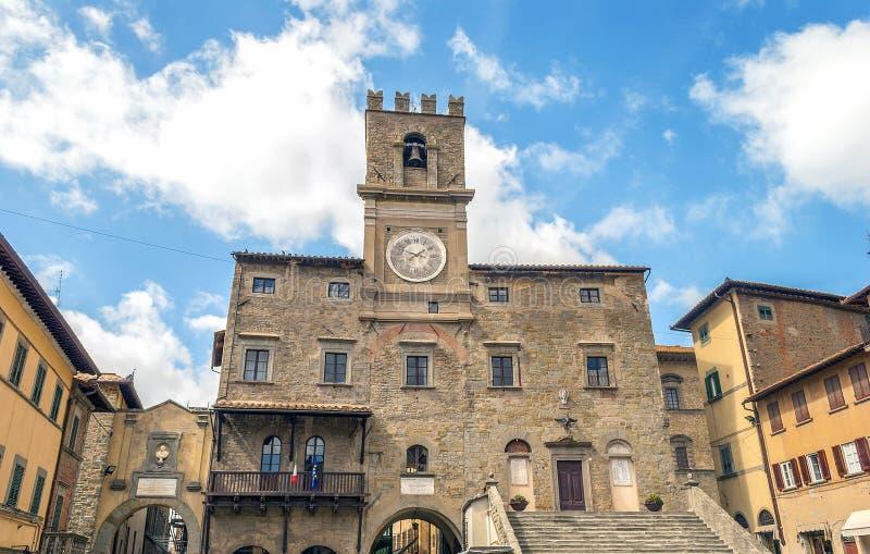 Vista del ayuntamiento en la ciudad medieval de Cortona fotografía de archivo libre de regalías