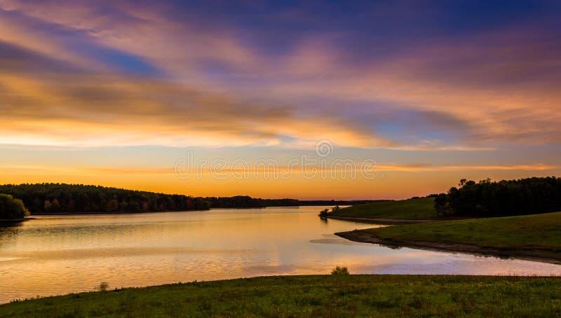 Vista del bacino idrico lungo del braccio al tramonto, vicino ad Hannover, la Pensilvania fotografie stock