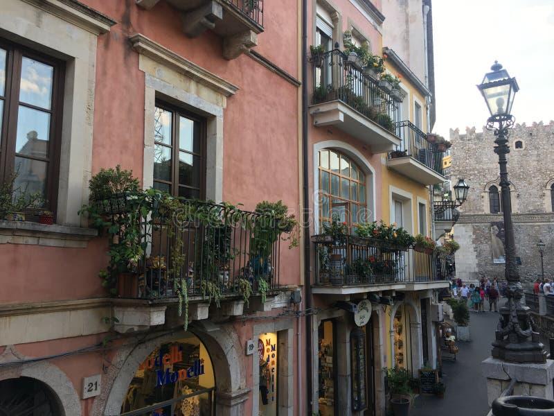 Vista del balcone della via in Taormina, Sicilia fotografia stock