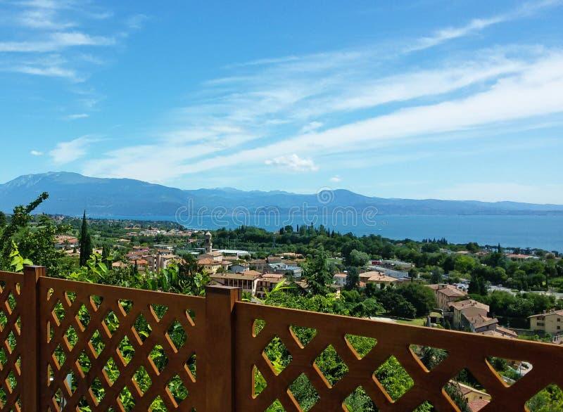 Vista del balcone sulla polizia del lago fotografia stock libera da diritti