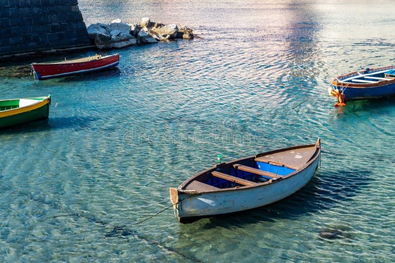 Vista del barco de madera viejo amarrado en poca bahía fotografía de archivo libre de regalías