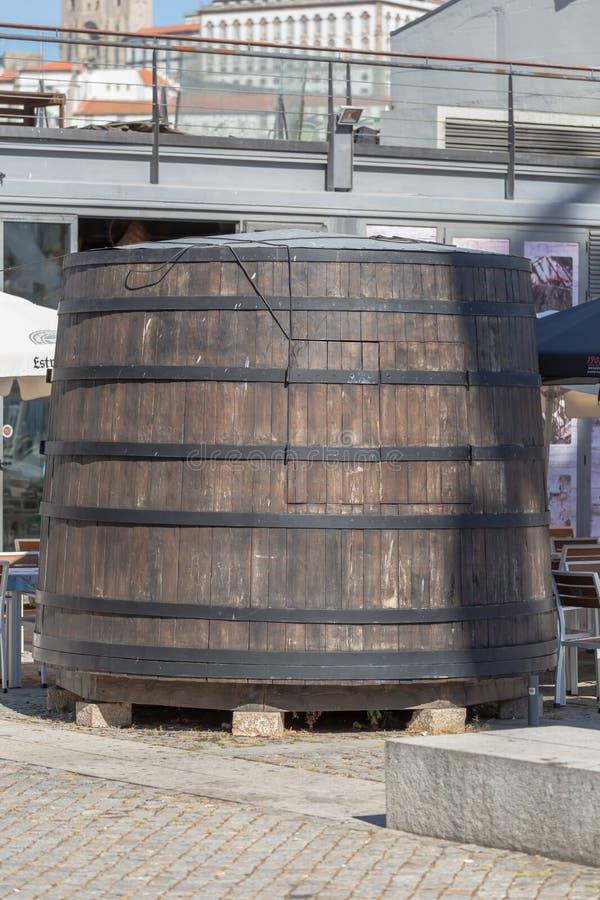 Vista del barilotto enorme come elemento decorativo in un ristorante, centro storico di Oporto come fondo immagini stock libere da diritti