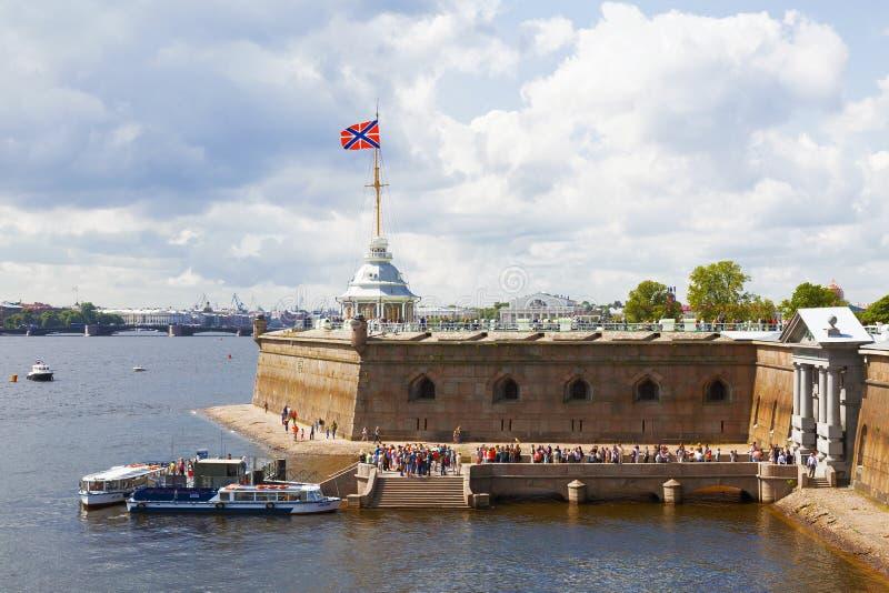 Vista del bastión de Naryshkin con la bandera de la fortaleza de la marina de guerra de la Federación Rusa imagenes de archivo
